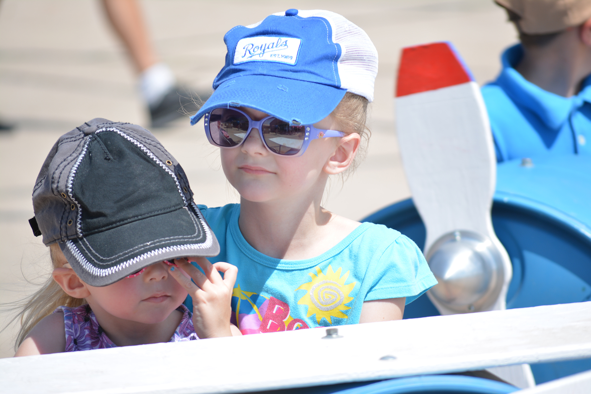 girls-at-airshow-hat